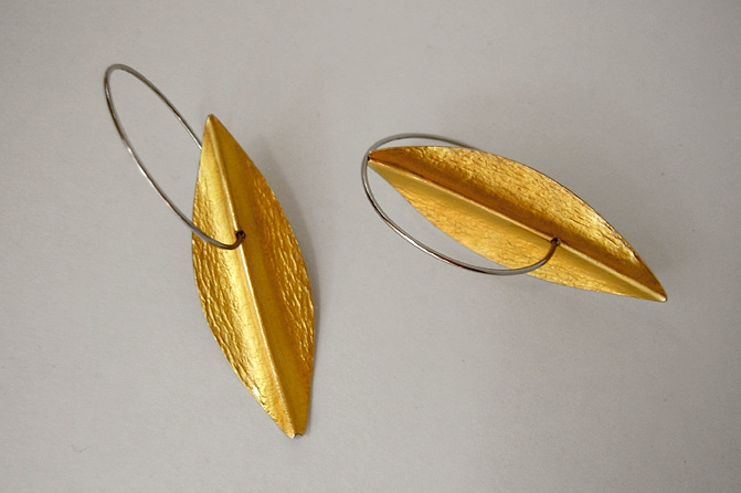 Ohrringe, 900/- Gold, Edelstahlcreolen, Foto: T. Dingler