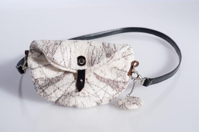Halbmondtasche mit Casuarinadruck; 20% Seide, 80% Wolle, Foto: Manfred Krög