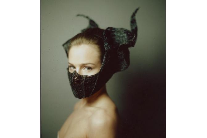 Frau mit Maske, Fotograf: Hannes Caspar